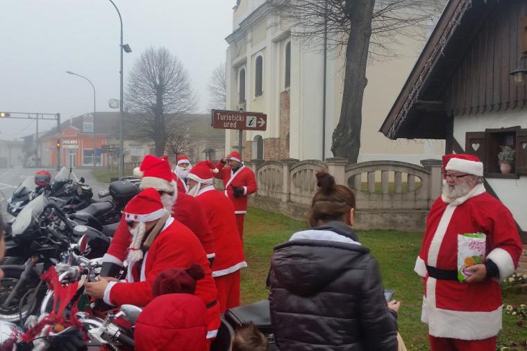 Djed Božićnjak poklonima i slatkišima razveselio djecu u Pitomači