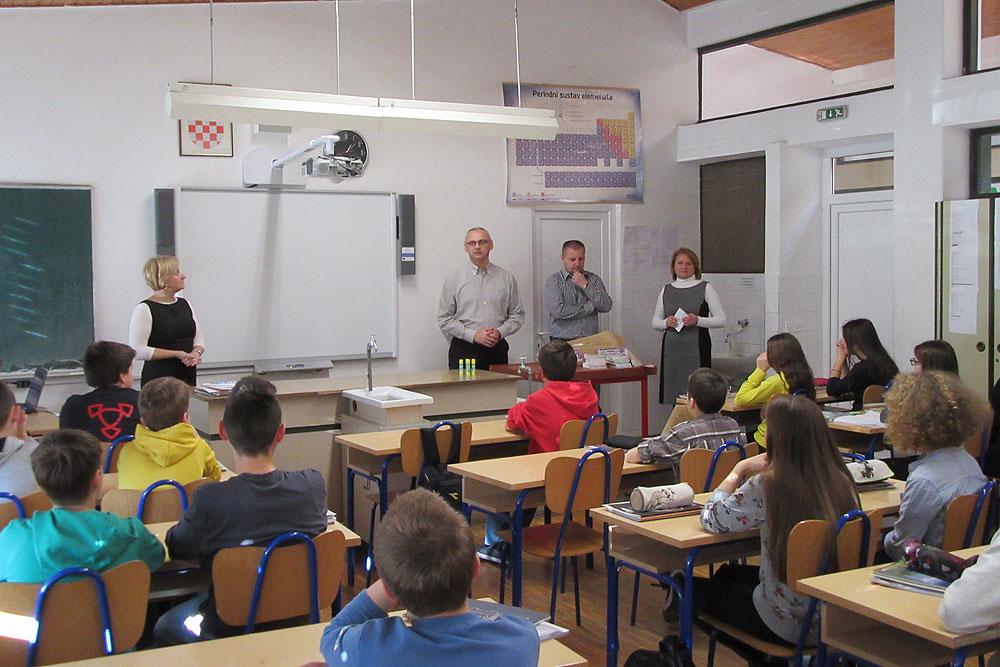 """Autori vodiča """"Iskoristi dan u Virovitičko-podravskoj županiji"""" osobno uručili vodiče učenicima"""