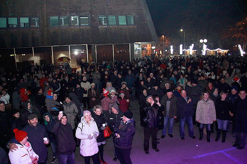 FOTO: Pogledajte kako je dočekana Nova godina u središtu Virovitice