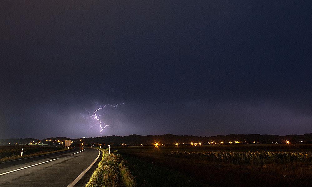 Oko 2.500 munja je u 90 minuta pogodilo Virovitičko-podravsku županiju, najviše kiše, 36 litara po četvornom metru je palo u Slatini, nestabilno nas očekuje do srijede