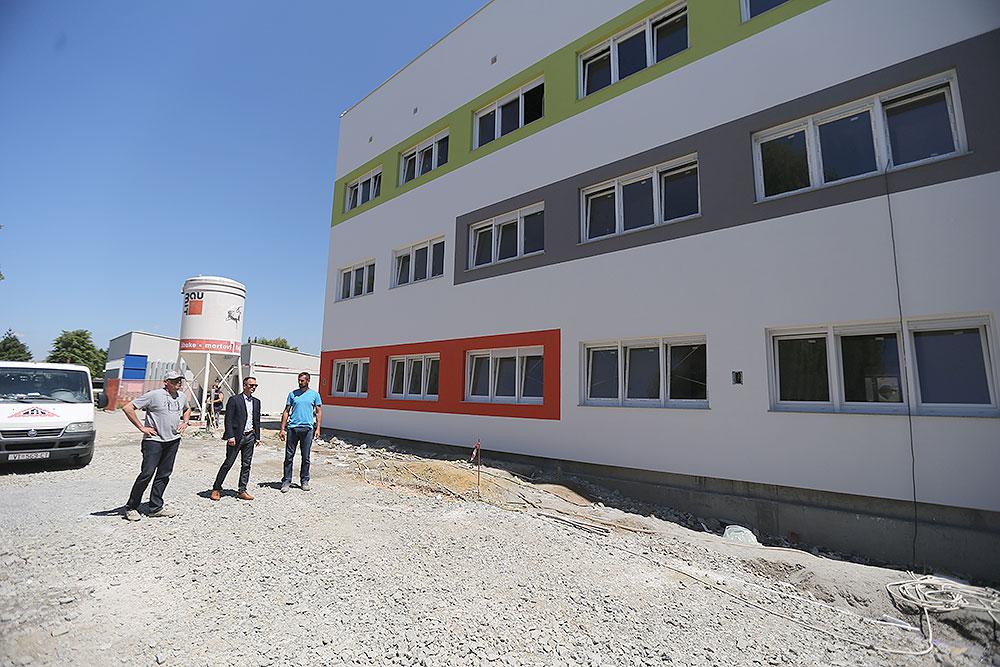 Fotogalerija: Još je malo ostalo do završetka radova na Studentskom domu u Virovitici, fasada je postavljena, uređuje se unutrašnjost, a radove je obišao županijski pročelnik Igor Andrović