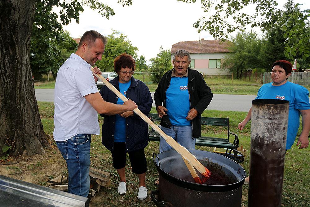 Fotogalerija: Kuhali su se pečenjaci, mirisale su palačinke, a osam ekipa pripremalo je vrhunski pekmez na 6. Pekmezijadi koja je održana u Dugoj Međi, slavio je OPG Krajpl