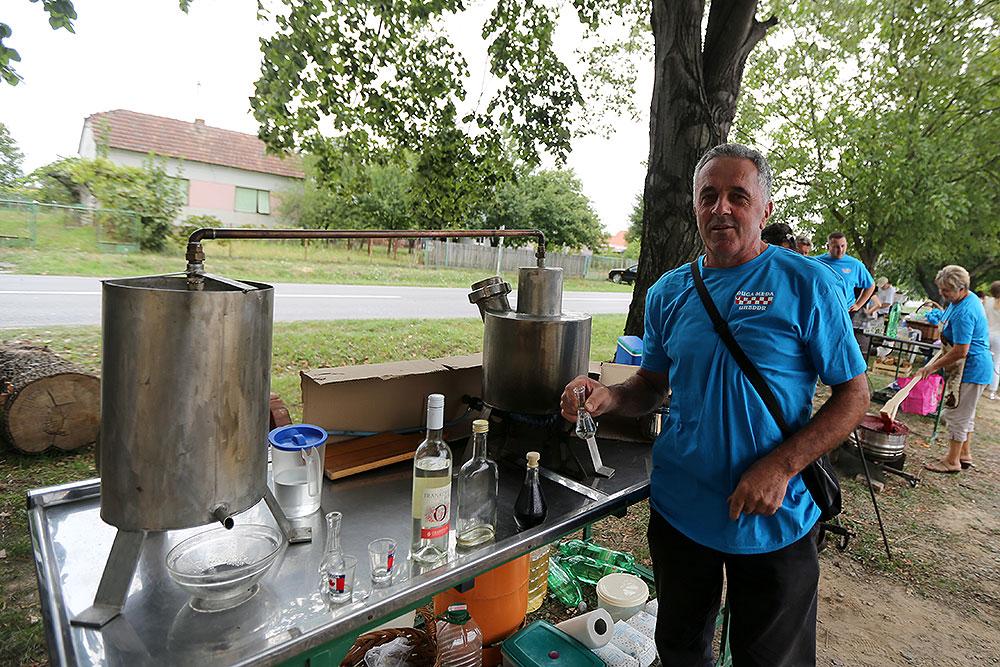 Stipo Marčinković ima najmanji kotao za pečenje rakije u Slavoniji: Kapacitet mu je 15 litara, a od jednog kotla se mogu dobiti dvije litre vrhunske rakije