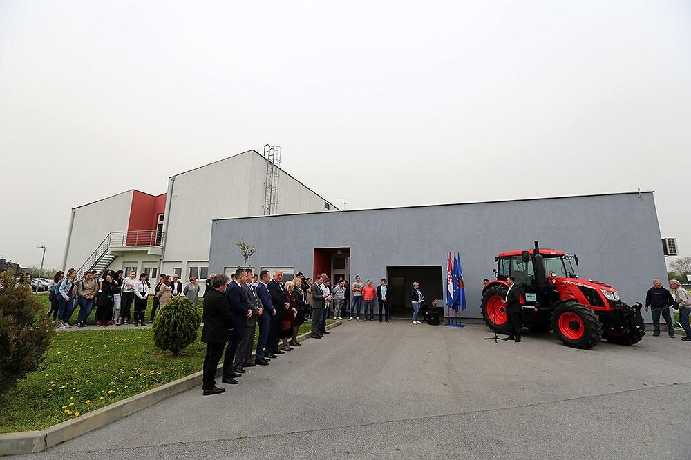Srednja škola Stjepana Sulimanca dobila je novi traktor Zetor Proxima HS 120, time će još lakše obrađivati 23 hektara zemlje te izvoziti iznimno traženu ekološku kamilicu