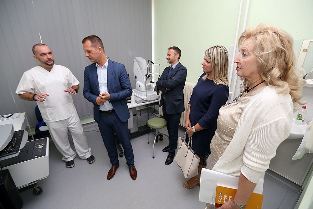 Na Očni odjel Opće bolnice Virovitica stigla je nova oprema, liste čekanja su im sve manje, na operaciju katarakta čeka se mjesec i pol dana, po čemu su među vodećim općim bolnicama u RH