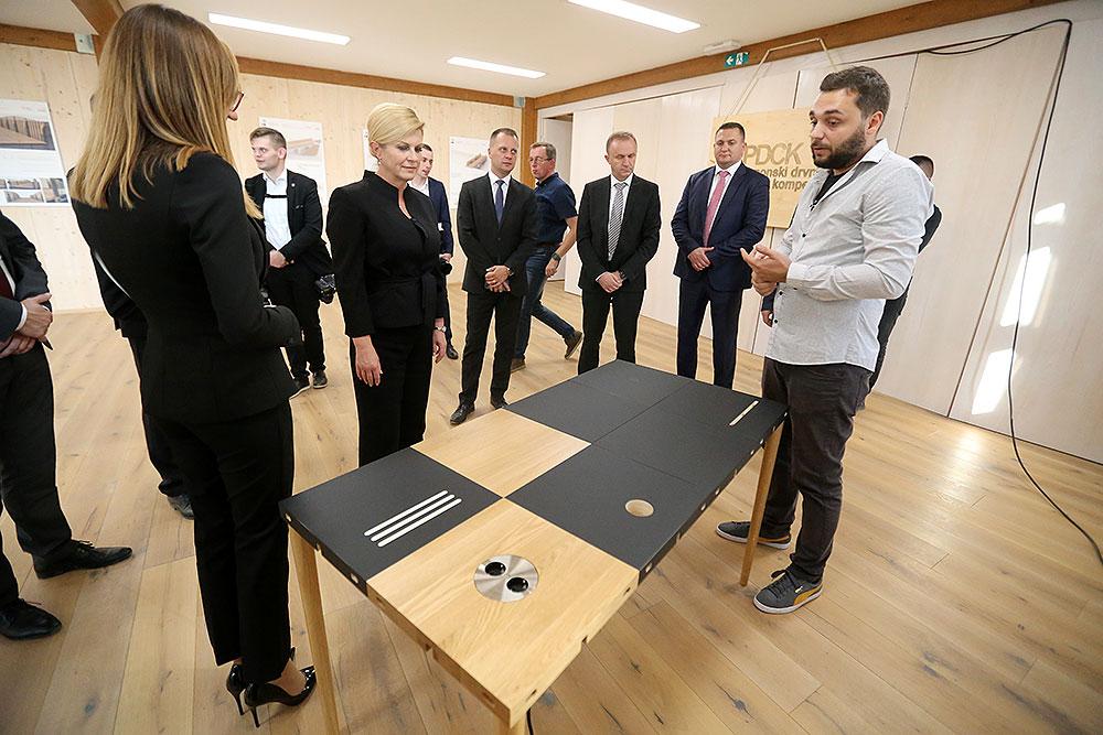 Predsjednica RH Kolinda Grabar-Kitarović posjetila Panonski drvni centar kompetencija gdje je vidjela mogućnosti ovog centra kao i Modulos Desk koji se izvozi u SAD