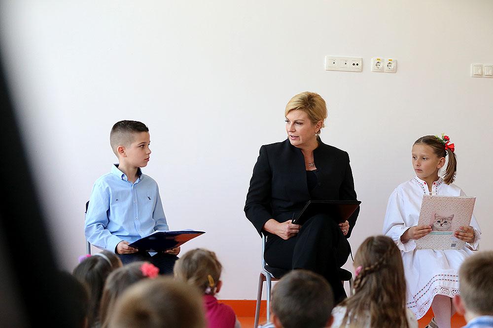 """Klupko radosti i veselja u Bušetini: Predsjednica Kolinda Grabar-Kitarović otpjevala Sari (7) """"sretan rođendan"""""""