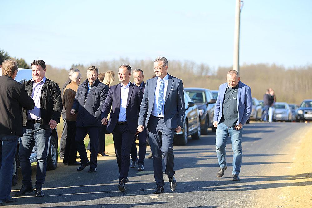Župani, Igor Andrović i Darko Koren obišli radove na asfaltiranoj dionici ceste Mala Črešnjevica – Kozarevac kojom se povezuju područja dviju županija