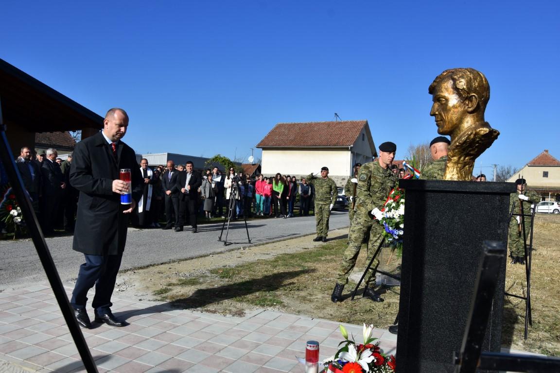 Otkrivena bista poginulom vukovarskom branitelju: Željko Major vječno živi u srcima svojih Čačinčana