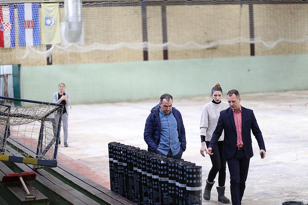 Župan Igor Andrović obišao radove na postavljanju poda u Sportskoj dvorani Marka Marulića u Slatini