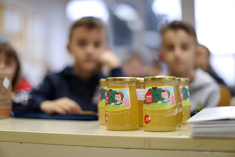 Zahvaljujući Ministarstvu poljoprivrede domaći med u 30 tisuća staklenki isporučen je školama, njih 900 podijeljeno je i na području Virovitičko-podravske županije
