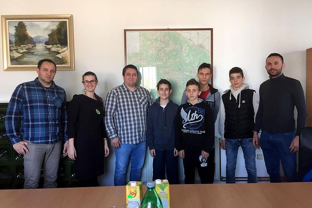 """Oni su """"mali, ali su veliki"""" i dolaze iz Voćina: Luka Šabić putuje na Državno prvenstvo, a stolnotenisačima nema ravna u županiji, čestitali im načelnik Filić i zamjenik Perić"""