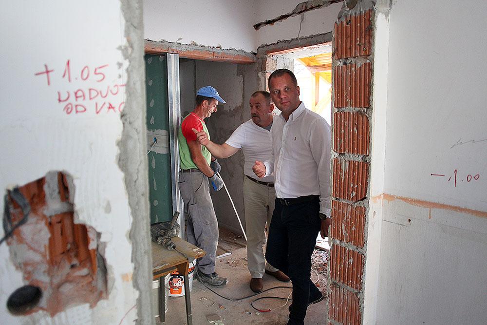 Župan Igor Andrović i načelnik Općine Čađavica Mirko Rončević, obišli radove na energetskoj obnovi društvenog doma u Noskovcima gdje se uređuje prostor za područnu školu