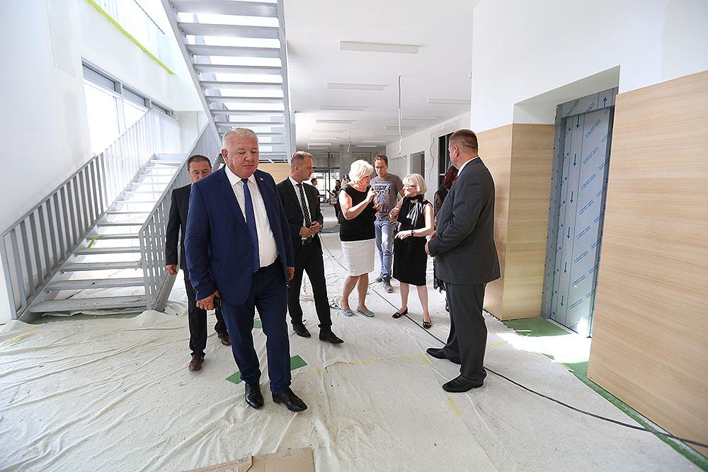 Zdanja za 21. stoljeće: Ministrica Vesna Bedeković, obišla radove na izgradnji novog Centra za odgoj, obrazovanje i rehabilitaciju te trodijelne sportske dvorane u Virovitici