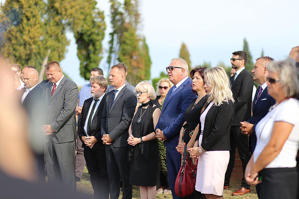 Povodom Dana grada Virovitice položeni vijenci i zapaljene svijeće kod Spomen obilježja hrvatskim braniteljima na Gradskom groblju