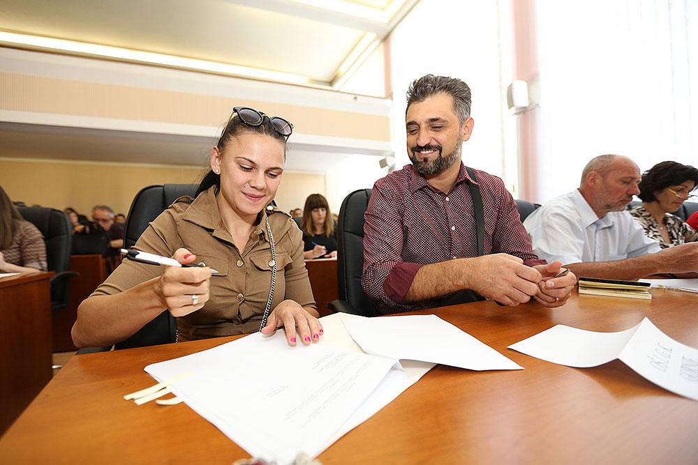 Potpisani ugovori s 45 pomoćnika u nastavi koji će i ove godine zahvaljujući Županiji i europskim sredstvima brinuti za djecu s poteškoćama