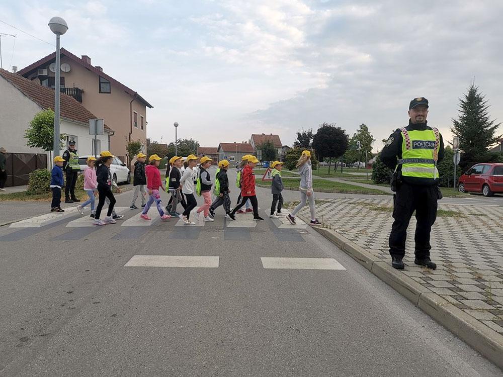Prometni policajci čuvaju najmlađe sudionike u prometu: Djeci pomažu, roditelje savjetuju, vozače opominju