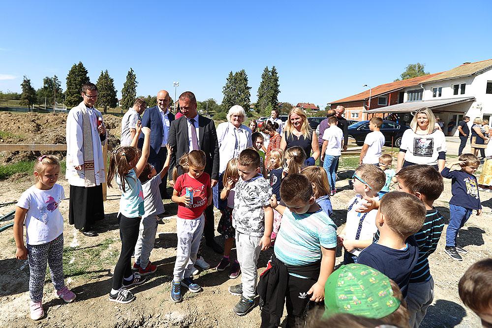 8/11: U Čačincima polaganjem temeljenog kamena otvoreni radovi na izgradnji dječjeg vrtića pa će 50 čačinačkih vrtićaraca uskoro imati svoj novi dom