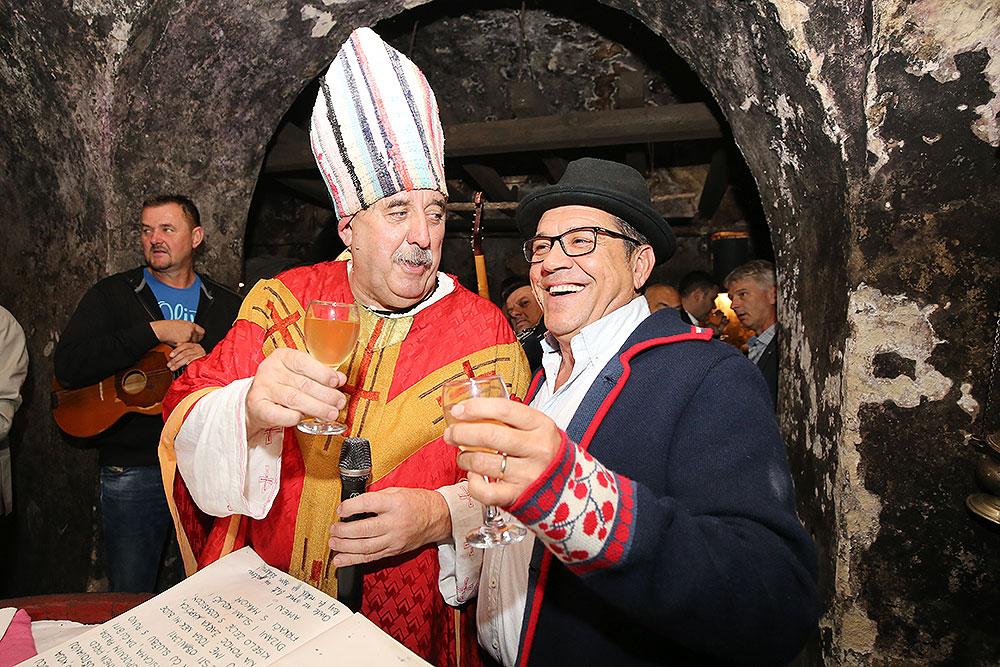 Fotogalerija: Pogledajte kako se u DIBA-inom podrumu u Suhopolju obilježilo Martinje uz biskupa Darka Čurika i kuma Josipa Jurića Juru