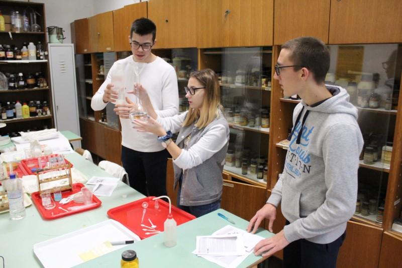 Jedinstven i zanimljiv program: Centar izvrsnosti za kemiju te informatiku s robotikom u Gimnaziji Petra Preradovića započeo s radom