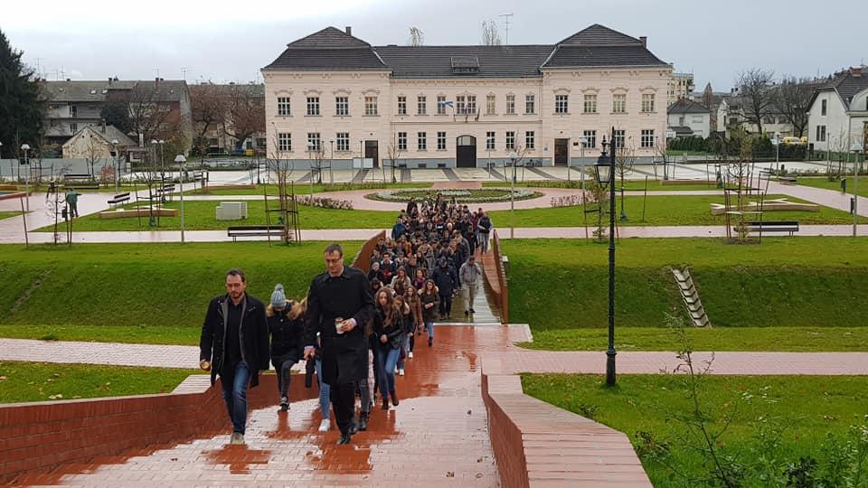 Paljenjem lampiona i priredbom gimnazijalci i branitelji obilježili Dan sjećanja na žrtvu Vukovara