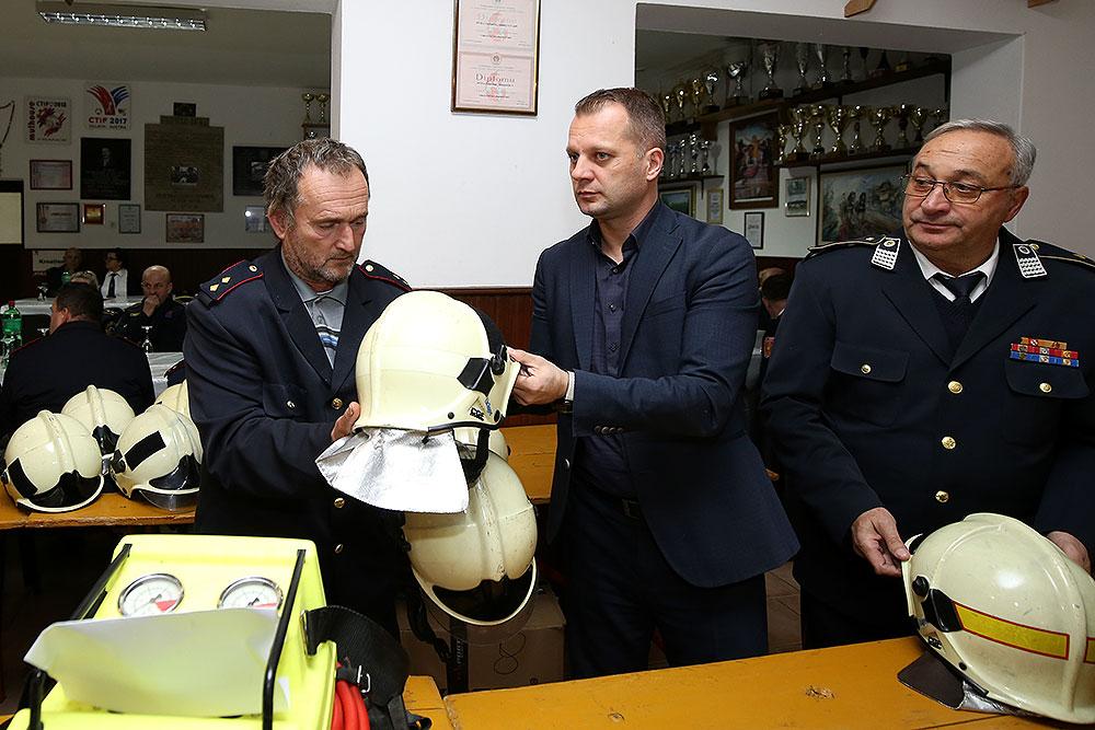 Vatrogasna vozila dobili su DVD-i iz: Četekovca, Turnašice, Bušetine, te VZO Pitomača, a vatrogascima s područja cijele županije, podijeljeno je 300 kaciga kao i kompleti za spašavanje stradalih u prometnim nesrećama