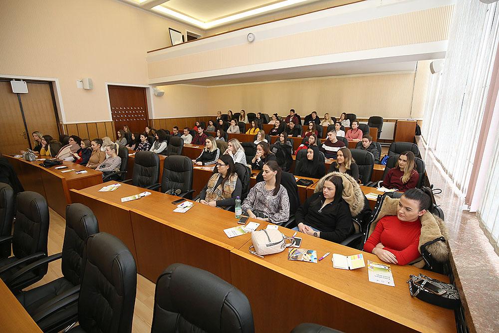 """U sklopu projekta """"Razvoj palijativne skrbi u Virovitičko-podravskoj županiji"""" održano predavanje o važnosti volontera na kojem su sudjelovali i učenici srednje medicinske škole"""