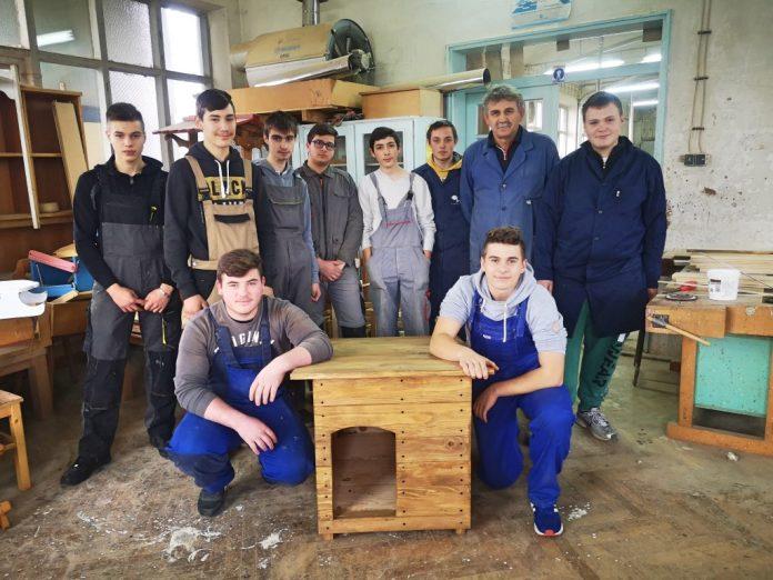 Stolari virovitičke Industrijsko-obrtničke škole izrađuju kućice za napuštene pse iz Skloništa za životinje Virovitica
