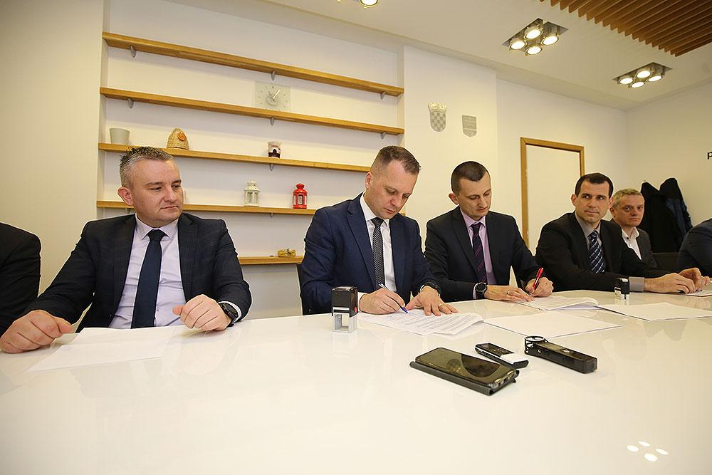 """Krediti od """"nula"""" posto: Župan Igor Andrović potpisao ugovore sa šest bankama za dodjelu beskamatnih kredita mladima, ženama i poduzetnicima početnicima"""